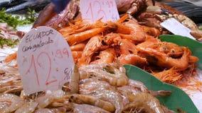 海鲜捉蟹龙虾乌贼虾小龙虾牡蛎在鱼市La Boqueria西班牙,巴塞罗那的淡菜贝壳 影视素材