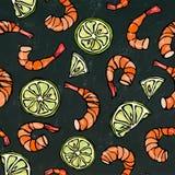 海鲜无缝的样式 虾或大虾和石灰在黑板背景 手拉被隔绝的乱画动画片的葡萄酒 库存图片