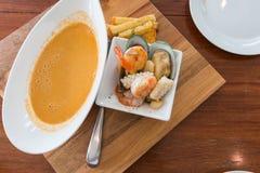 海鲜汤用虾、淡菜、乌贼和扇贝 免版税库存照片