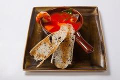 海鲜汤 汤用虾、牡蛎和草本 图库摄影