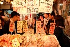 海鲜烤了与吃在Ameyoko的立场在上野附近 库存图片