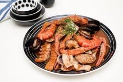 海鲜盘与螃蟹、虾、蛤蜊龙虾和乌贼的 库存图片