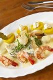 海鲜盘用菠菜,土豆和奶油沙司 免版税库存照片