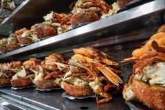 海鲜盛肉盘连续准备服务 免版税库存照片