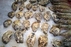 海鲜立场在鱼市上 免版税库存图片