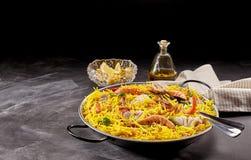 海鲜肉菜饭供食用柠檬和油在表上 库存照片
