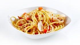 海鲜肉菜饭在白色板材的面团盘 库存图片