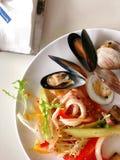海鲜自助餐在白色桌里 免版税库存照片