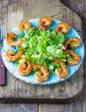 海鲜虾在蓝色板材的莴苣沙拉 库存图片