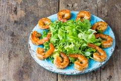 海鲜虾在蓝色板材的莴苣沙拉 免版税库存图片