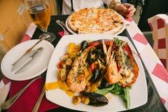 海鲜面团、薄饼和啤酒在意大利 图库摄影