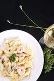 海鲜面团用大虾和白葡萄酒 免版税库存图片