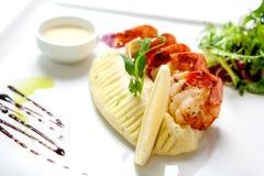 海鲜-在一块白色板材的油煎的虾 免版税库存图片