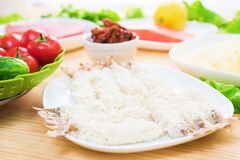 海鲜 在添面包的未加工的虾 砂锅烹调希腊肉剁碎的moussaka蔬菜 在家做鲜美和健康食物 免版税图库摄影