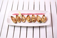 海鲜 贝类淡菜 被烘烤的淡菜用乳酪、香菜和柠檬在壳 图库摄影