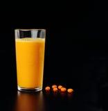 从海鼠李的汁液在一块玻璃用莓果 库存图片