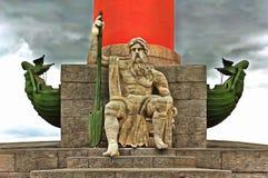 海龙王的雕塑有船嘴装饰的专栏的 皇族释放例证