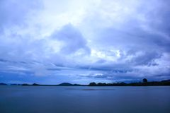海,天空阴云密布,雨被形成 免版税库存图片