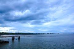 海,天空阴云密布,雨被形成 库存图片
