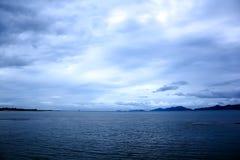 海,天空阴云密布,雨被形成 免版税图库摄影