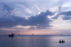 海,小船,微明 库存照片