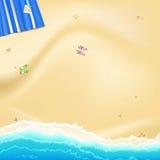 海,有黄色,金黄沙子的海洋海岸沿岸岩石和海星驱散了 有照片的蓝色海滩席子 库存图片