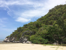 海,沙子,在夏时的天空 免版税库存照片