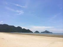 海,沙子,天空在夏天 免版税库存照片
