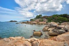 海,海滩,在洪chong著名岩石附近的岩石在一个海滩在芽庄市,越南 免版税库存照片