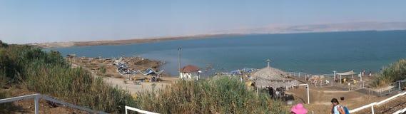 死海,以色列- Juli 14日2015年:沐浴盐水和泥在 免版税图库摄影