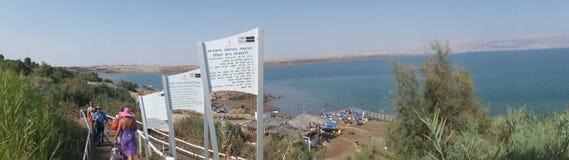 死海,以色列- Juli 14 :沐浴盐水和泥在死的S 免版税库存图片