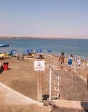死海,以色列- Juli 14 :沐浴盐水和泥在死的S 库存图片