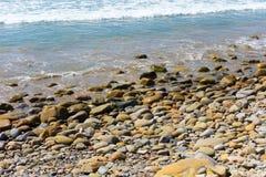海滩、岩石和小卵石背景 库存照片