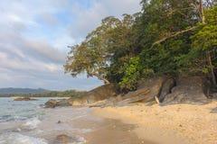 海滩、岩石和海日落的 免版税图库摄影