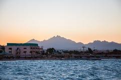海滩、旅馆和山的看法在距离 免版税库存照片