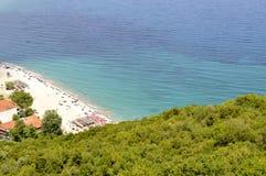 海滩、树和地中海 免版税库存照片