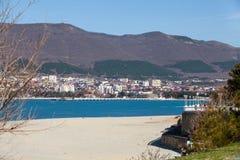 海滩、海海湾和山的看法 库存图片