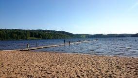 海滩、湖、山和美丽的天空看法  免版税库存图片