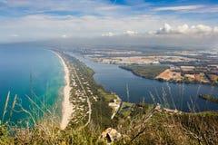 海滩、湖和清楚的海看法从登上Circeo 图库摄影