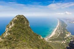 海滩、湖和清楚的海看法从登上Circeo 免版税库存照片