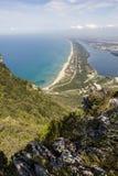 海滩、湖和清楚的海看法从登上Circeo 免版税库存图片