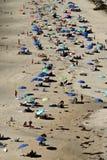 海滩从上面与许多人民和伞 免版税库存图片