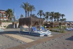 海滩与太阳床和一个眺望台的地方与盖的ro 库存图片