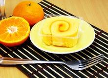 海绵与橙色卷奶油的卷蛋糕 免版税库存图片