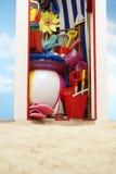 海滩与海滩玩具的存贮客舱 免版税库存照片