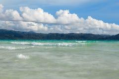 海洋与蓝色海和天空的夏日视图与白色云彩 免版税图库摄影