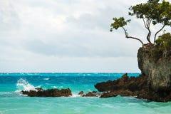 海洋与蓝色海和天空的夏日视图与白色云彩 免版税库存图片