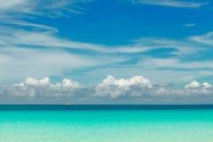 海洋与蓝色海和天空的夏日视图与白色云彩 库存照片