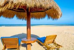海滩与躺椅的树荫小屋 库存照片