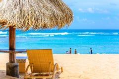海滩与躺椅的树荫小屋 图库摄影